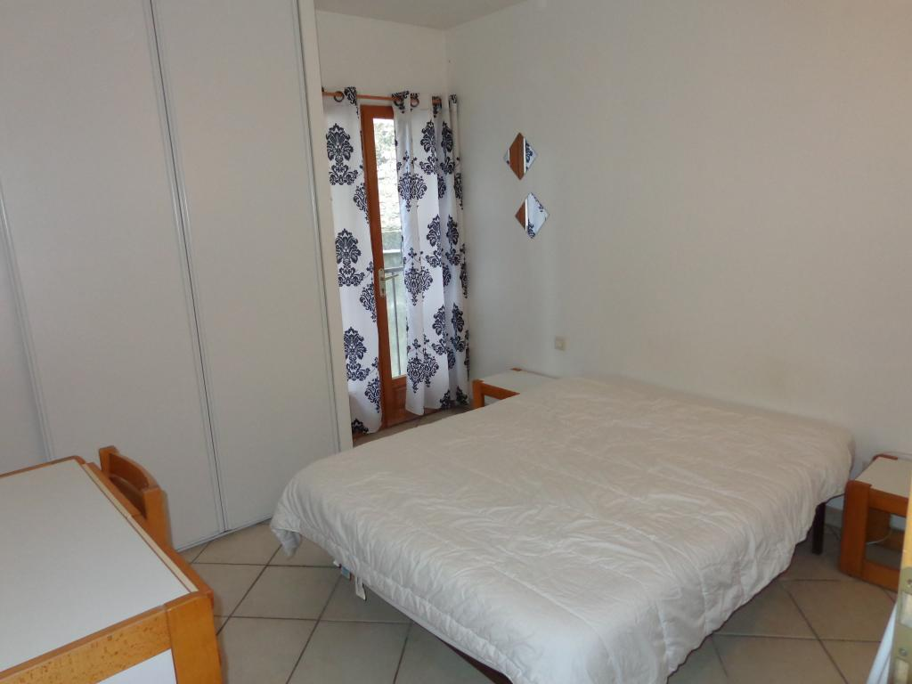 location de particulier tarascon. Black Bedroom Furniture Sets. Home Design Ideas