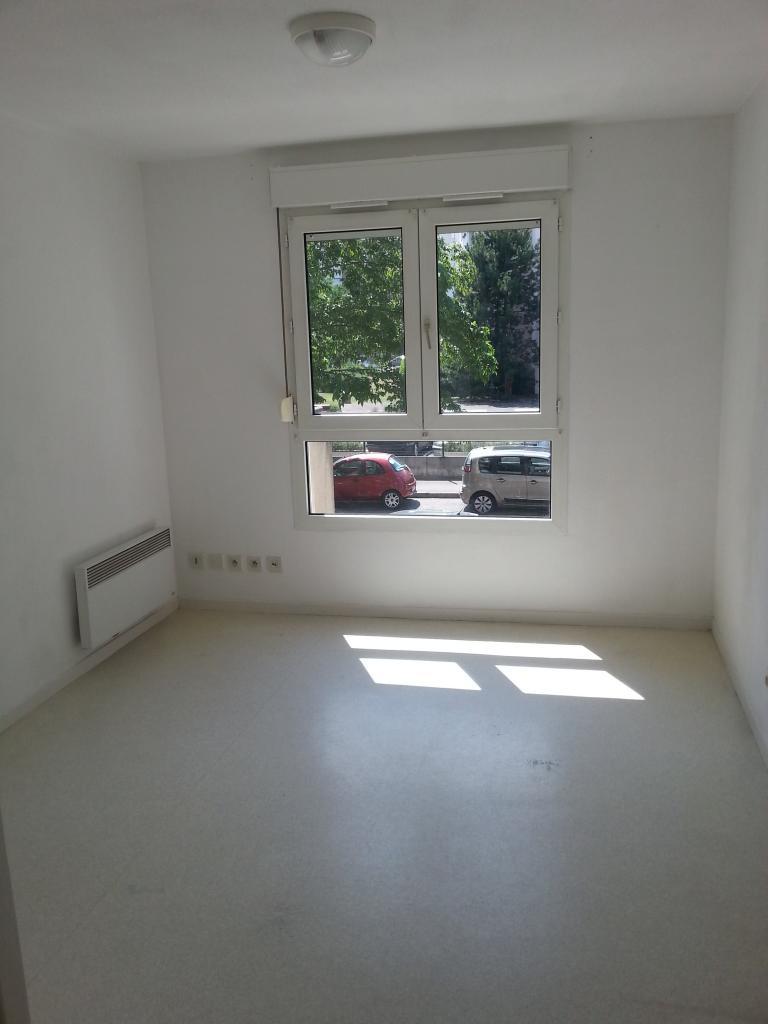 location de studio entre particuliers lyon 69008 400. Black Bedroom Furniture Sets. Home Design Ideas