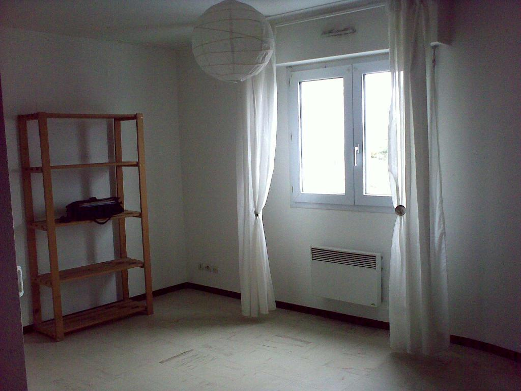 location studio vannes de particulier particulier. Black Bedroom Furniture Sets. Home Design Ideas