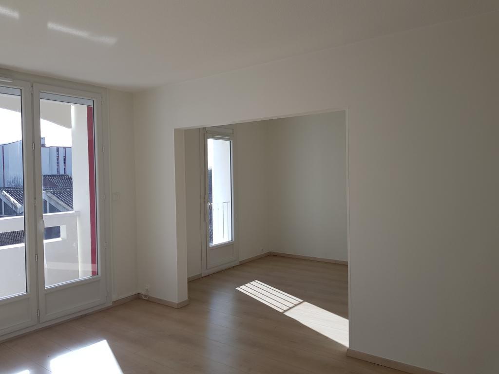location appartement lons de particulier particulier. Black Bedroom Furniture Sets. Home Design Ideas