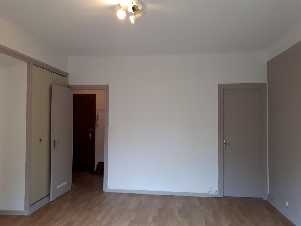 location de studio de particulier pau 370 31 m. Black Bedroom Furniture Sets. Home Design Ideas