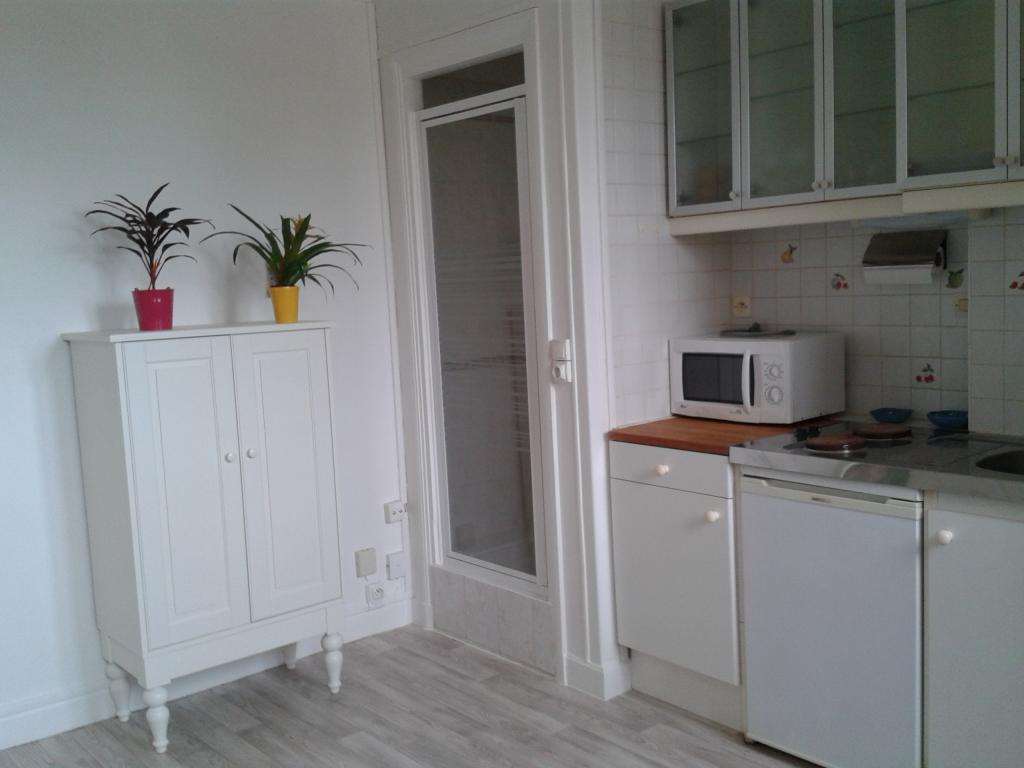 location de studio meubl de particulier paris 75019 650 15 m. Black Bedroom Furniture Sets. Home Design Ideas
