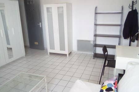 location de studio meubl sans frais d 39 agence avignon. Black Bedroom Furniture Sets. Home Design Ideas