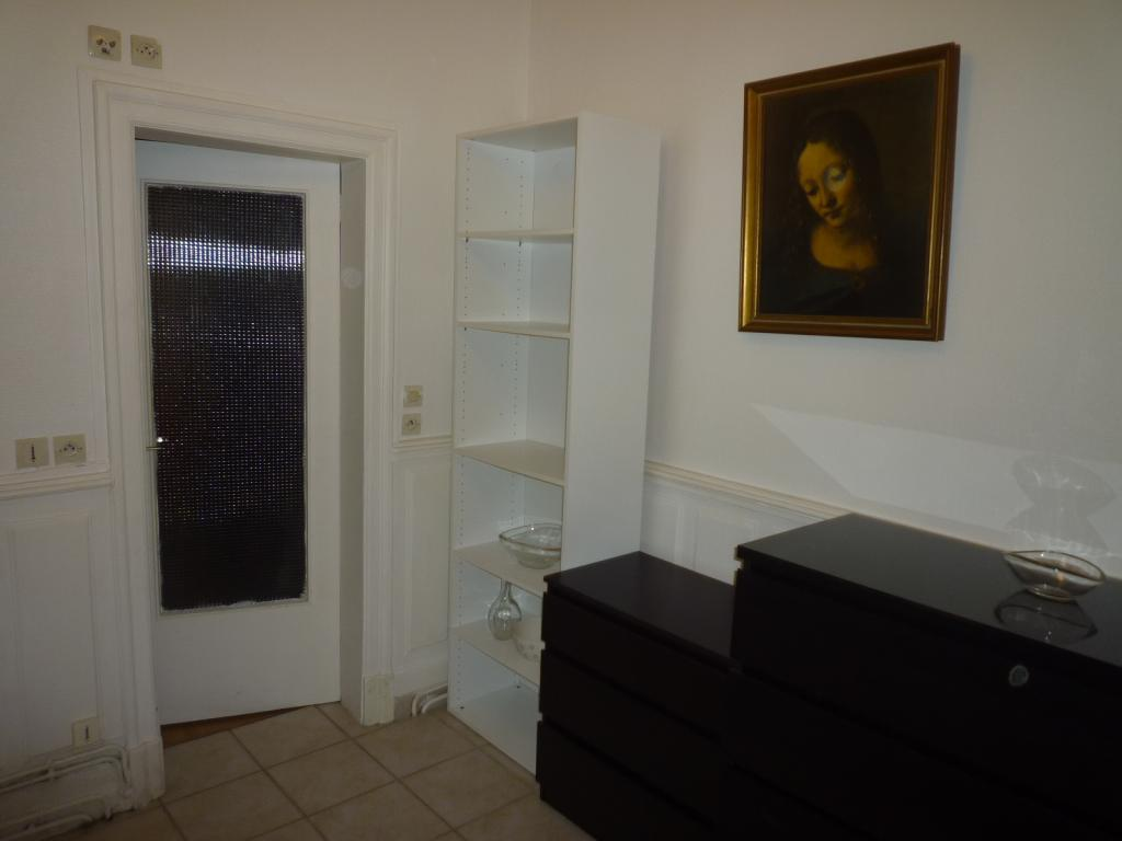 location de 2 pi ces meubl sans frais d 39 agence versailles 750 25 m. Black Bedroom Furniture Sets. Home Design Ideas