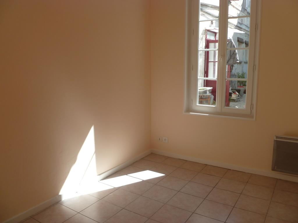 location appartement rochefort de particulier particulier. Black Bedroom Furniture Sets. Home Design Ideas