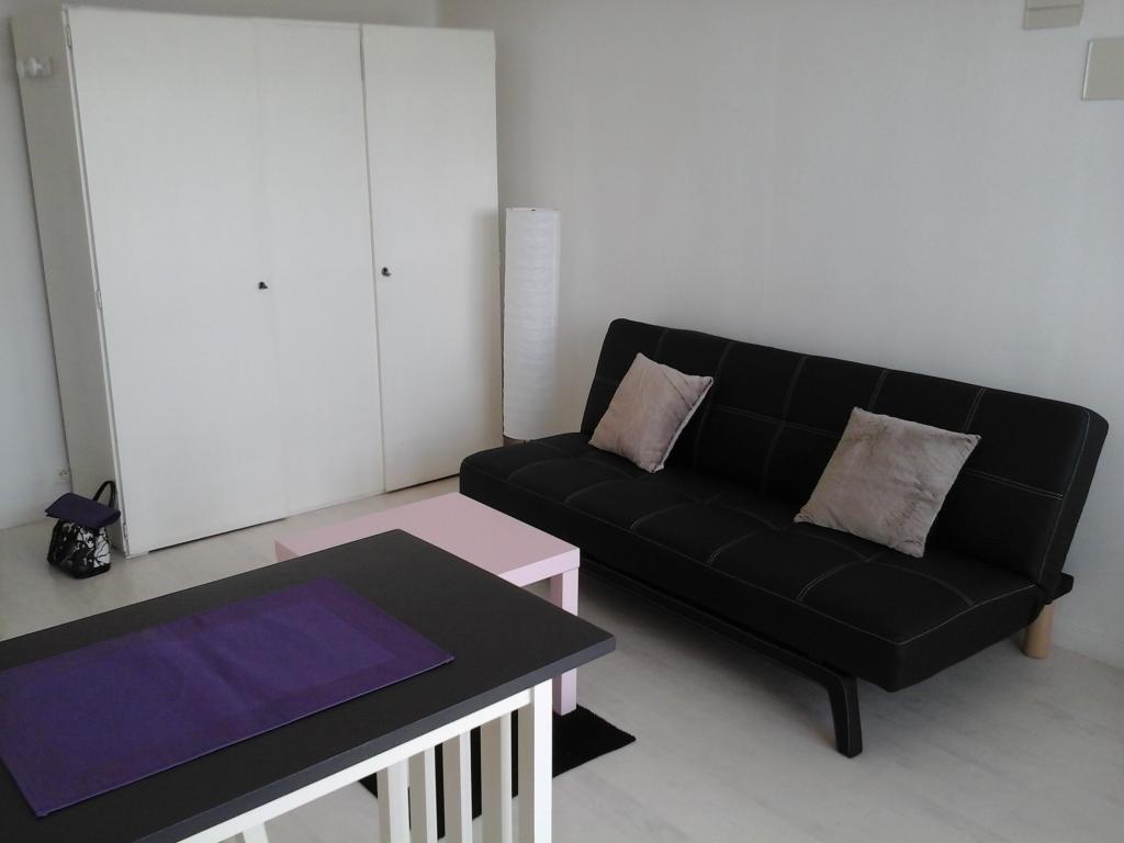 location de studio meubl de particulier tours 410. Black Bedroom Furniture Sets. Home Design Ideas