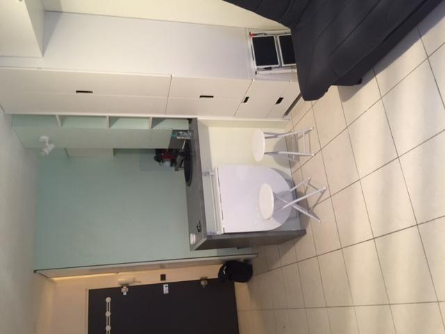location de studio meubl entre particuliers paris 75013 620 16 m. Black Bedroom Furniture Sets. Home Design Ideas