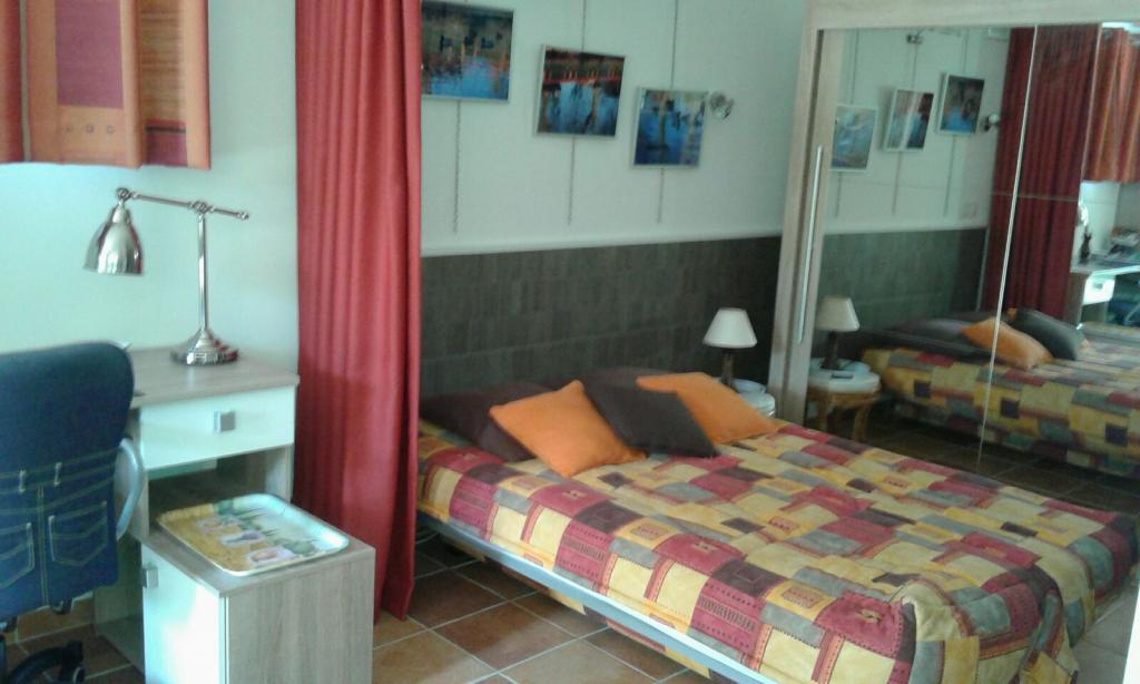 location de studio meubl de particulier la seyne sur mer 545 24 m. Black Bedroom Furniture Sets. Home Design Ideas
