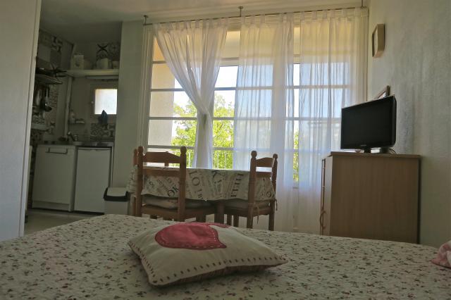 location de studio meubl entre particuliers greoux les bains 430 20 m. Black Bedroom Furniture Sets. Home Design Ideas