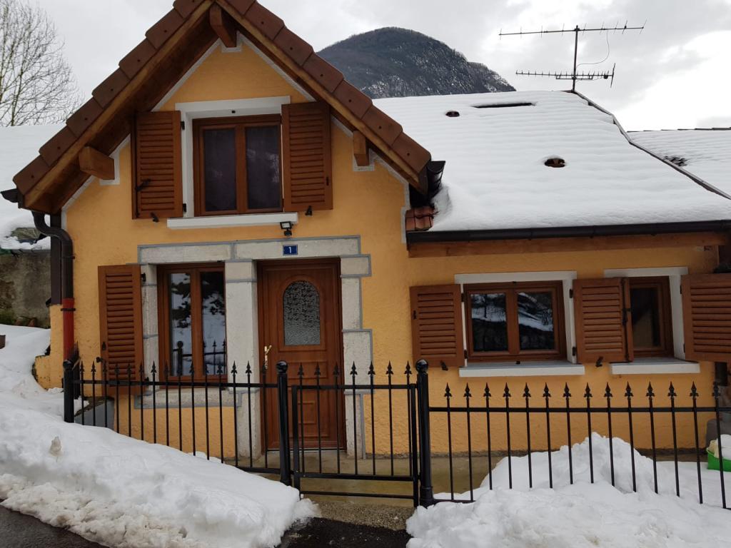 Appartement particulier, maison, de 180m² à Chézery-Forens